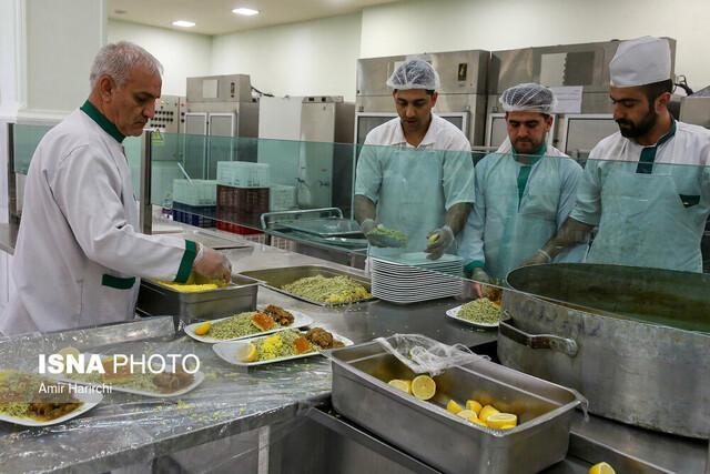 اطعام شبانه نیازمندان مشهدی با غذای متبرک حضرت رضا (ع)