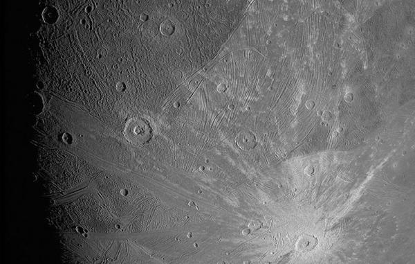 فضاپیمای جونو عکس هایی با جزئیات خیره کننده از قمر مشتری ثبت کرد